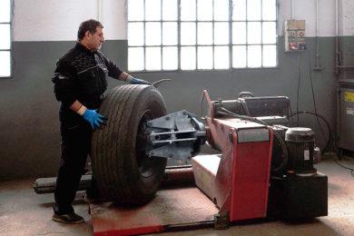 Sostituzione-pneumatici-camion